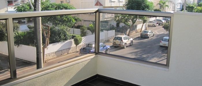 מרפסות תלויות עם חיפוי קירות